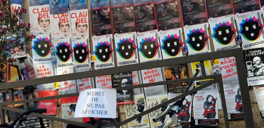 Mur d'affiches au Festival d'Avignon