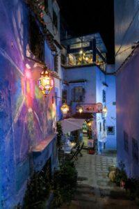 Lanternes multicolores dans Chefchaouen la nuit