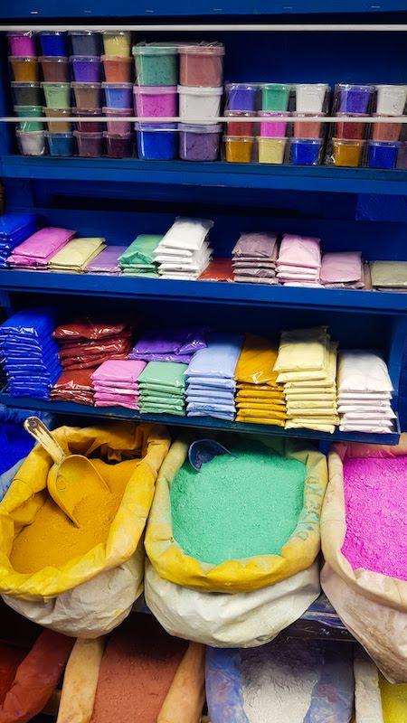 Pigments de couleurs sur les étals de Chefchaouen