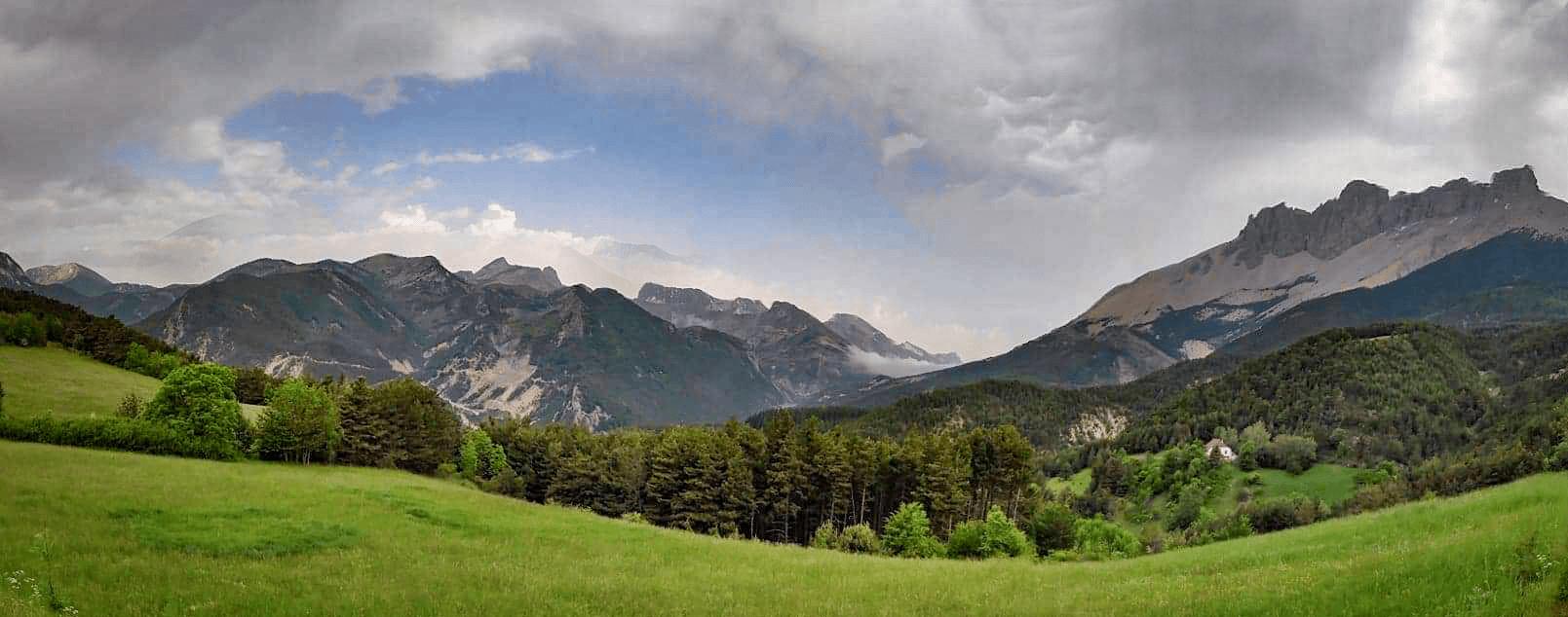 Paysage panoramique des Hautes-Alpes