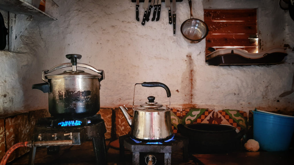 Dans la cuisine de Ahmed, le tajine mijote