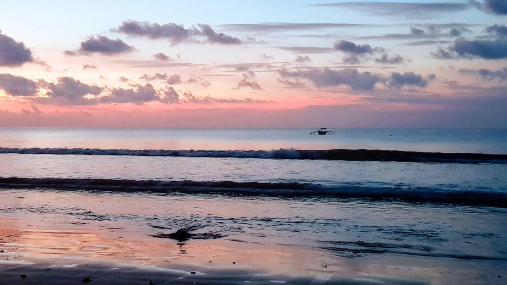 Coucher de soleil et couleurs rosées sur la plage de Jimabaran à Bali
