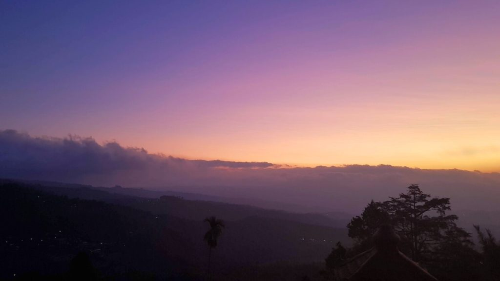 Festival de mauves et d'orangés dans le ciel de Munduk au soleil couchant