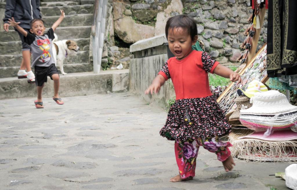 Enfants jouant devant Mengening Temple
