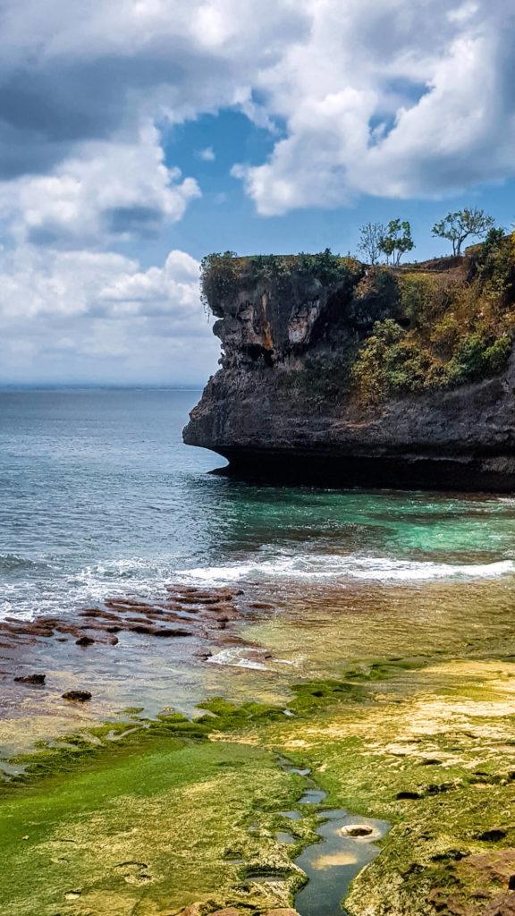 Les falaises de la plage de Balangan Beach à marée basse, Bali