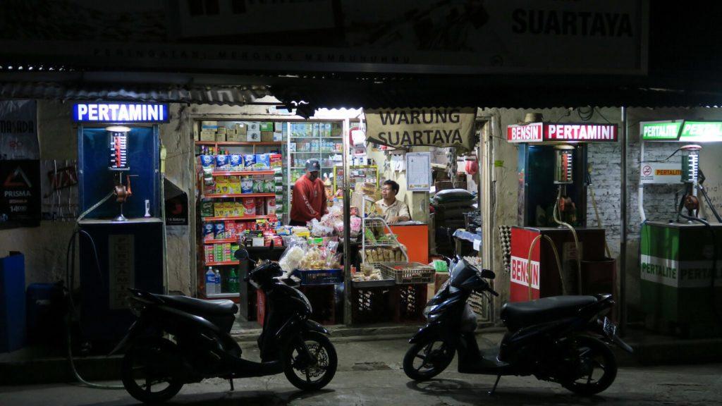 Supérette dans les rues de Munduk à la tombée de la nuit