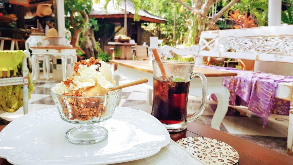 Glace décadente et coca frais au Alchemist Lounge à Jimabaran, Bali