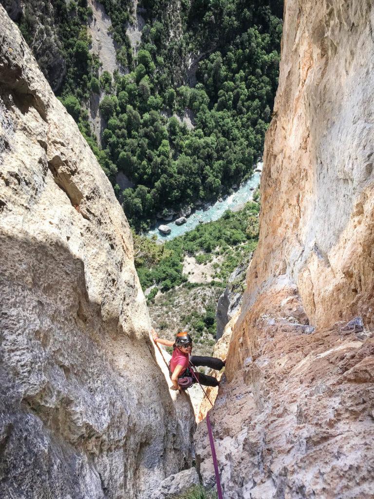 Aude dans une fissure en train d'escalader