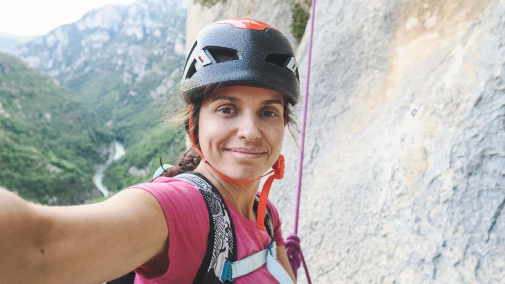 Autoportrait dans la voie d'escalade La Demande dans le Verdon