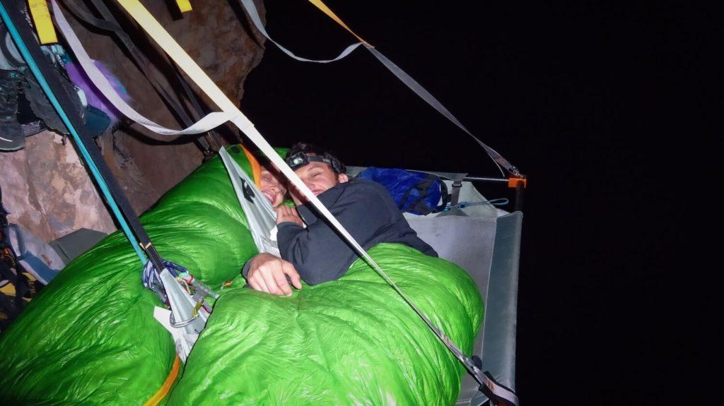 Dans nos sacs de couchage sur le portaledge dans le Verdon