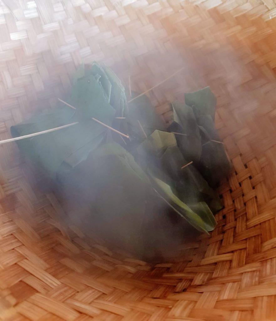 Les bouchées vapeur façonnées en feuilles de bananier cuisent à la vapeur