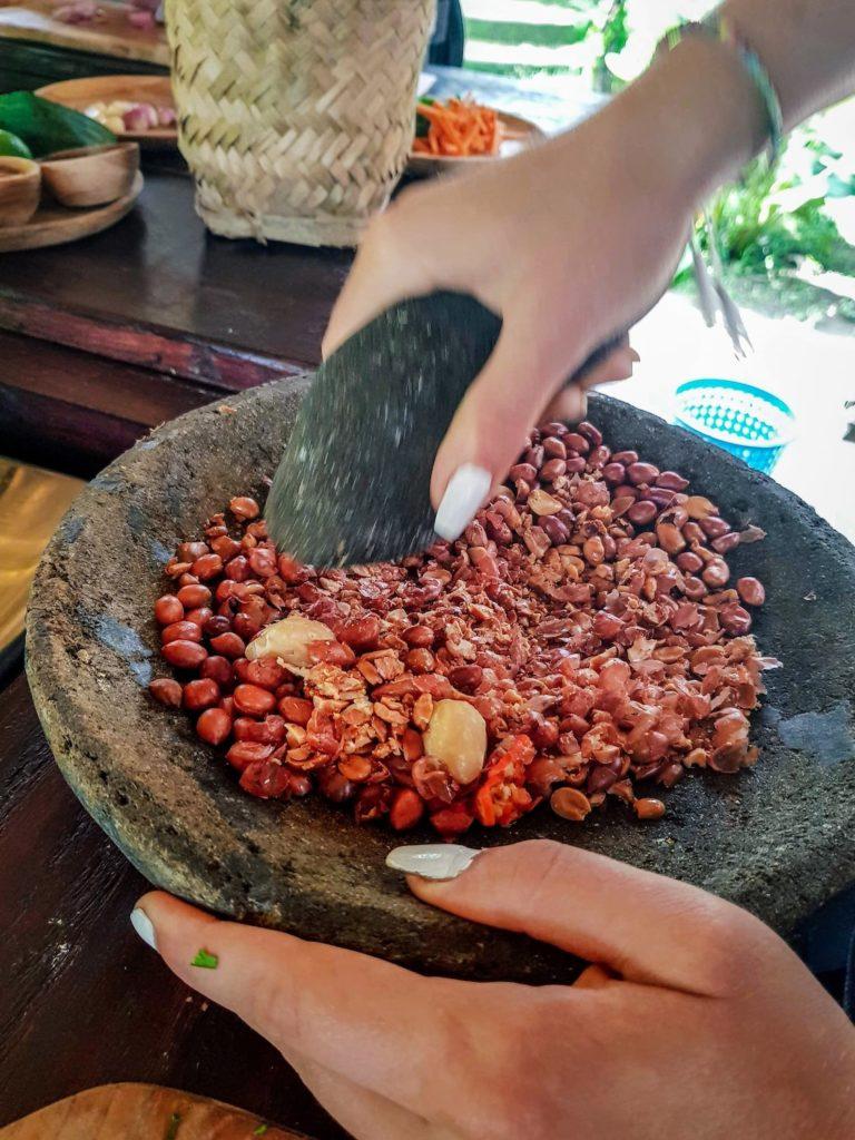 Broyage de cacahuètes au mortier à Bali