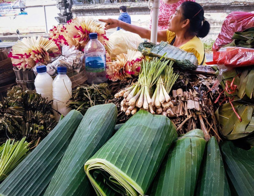 Cirtonnelle et feuilles de bananier sur le marché d'Ubud à Bali.