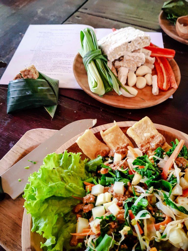 Assiette de Tempeh Asam Manis dans assiette en bois