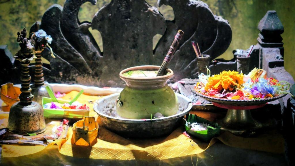 Offrandes dans le temple de Goa Giri Putri à Nusa Penida, Bali
