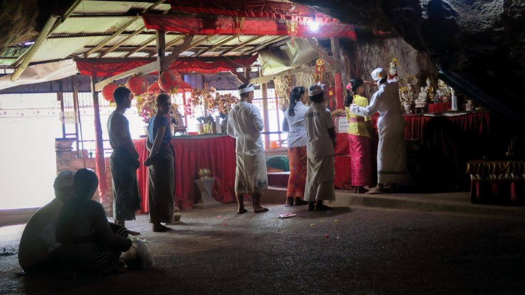 Cérémonie et rituel de purification au temple de Goa Giri Putri sur l'île de Nusa Penida