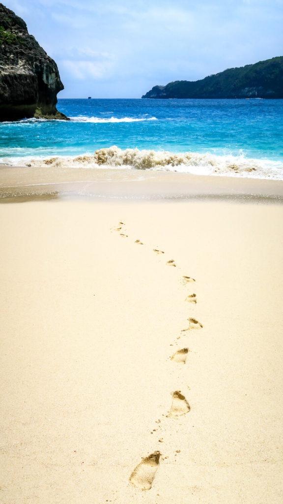 Traces de pas sur le sable blond à Kelngking beach, Nusa Penida, Bali