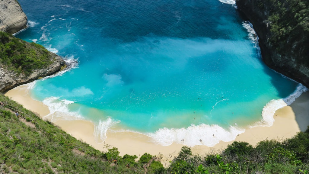 Les eaux turquoise de la plage de Kelingling Beach à Nusa Penida, Bali