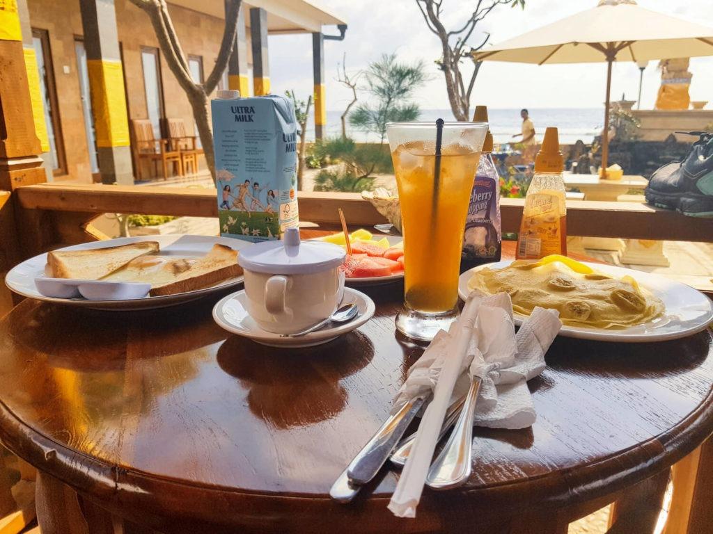 Petit-déjeuner Balinais sur l'île de Nusa Penida