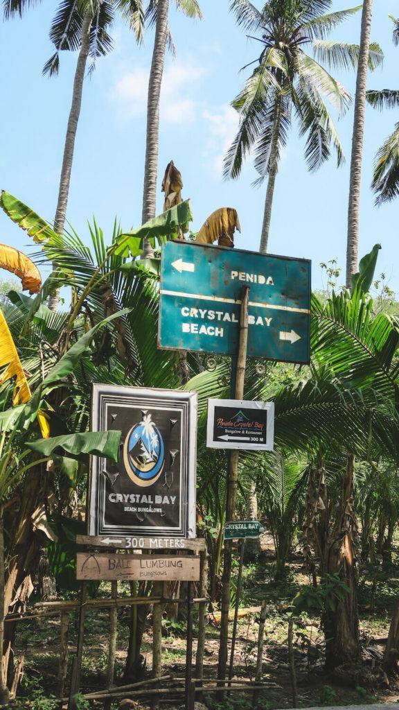 Panneaux de signalisation dans le secteur de Crystal Bay à Nusa Penida, Bali