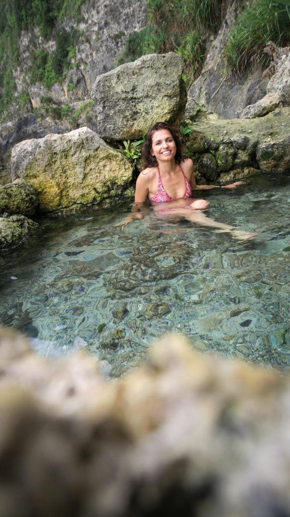 Piscine d'eau douce sur le site de Seganing Waterfall à Nusa Penida, Bali