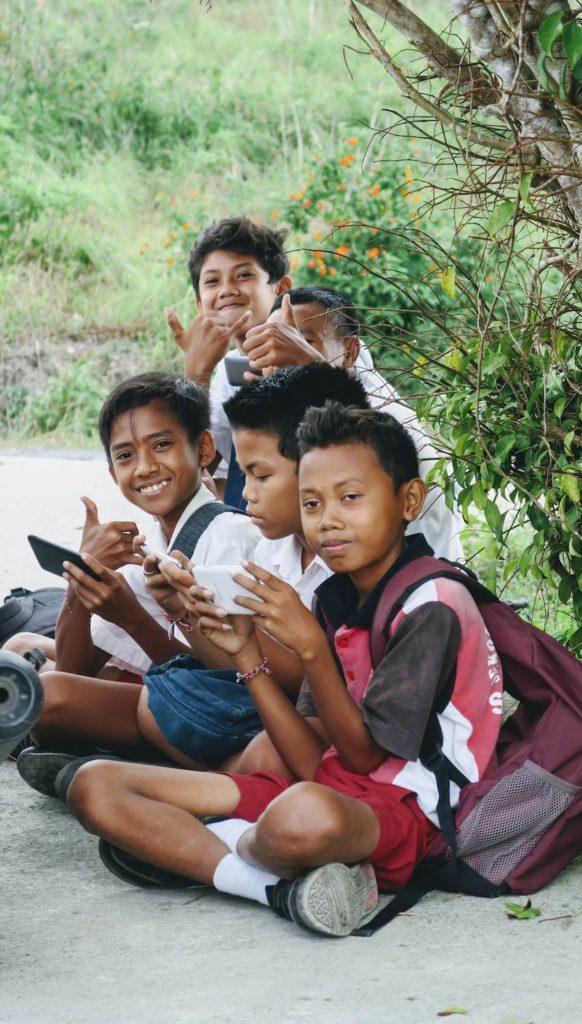 Enfants attendant le bus scolaire sur la route de Suwehan Beach