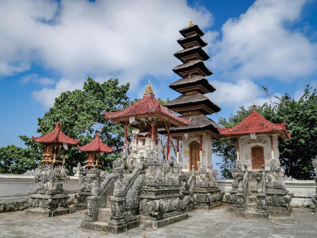 Temple balinais à l'entrée de Suwehan Beach, île de Nusa Penida