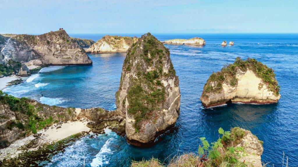 Les rochers impressionnants du site Thousand Islands Viewpoint à Nusa Penida, Bali