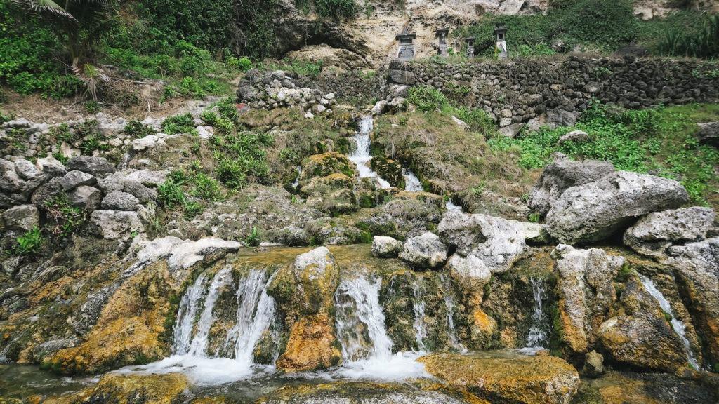 Cascades sur le site de Seganing Waterfall à Nusa Penida, Bali