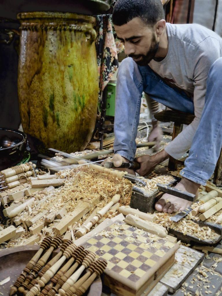 Artisan des souks de Marrakech qui travaille le bois