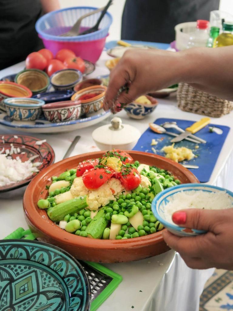 Cours de cuisine à Marrakech avec tajine aux légumes, pommes de terre, petits pois, tomate et courgette