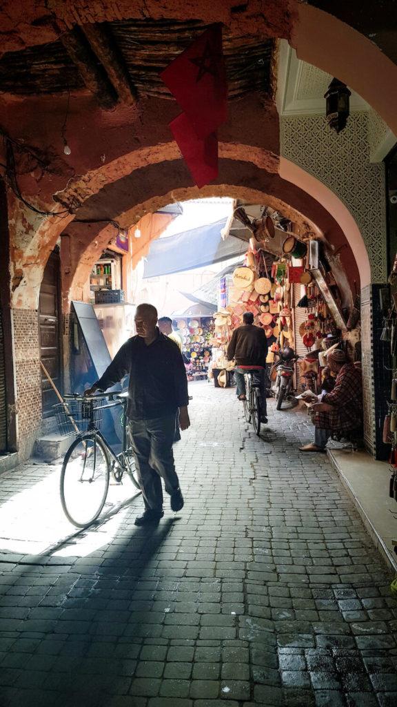 Homme à vélo dans la médina de Marrakech, Maroc