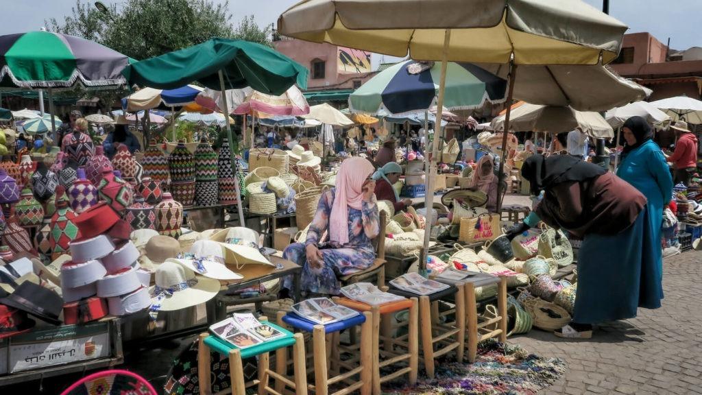 Etal d'articles en osier le marché de la place aux épices à Marrakech
