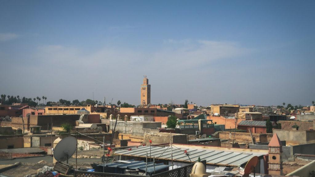 Vue des toits de Marrakech, avec le minaret de la Koutoubia en fond