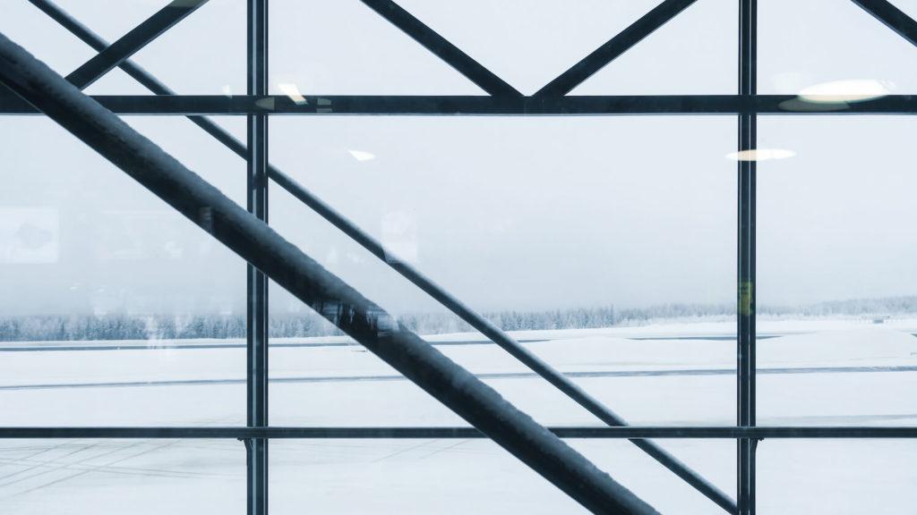 Photo prise à traers la baie vitrée de l'aéroport de Rovaniemi, Finlande