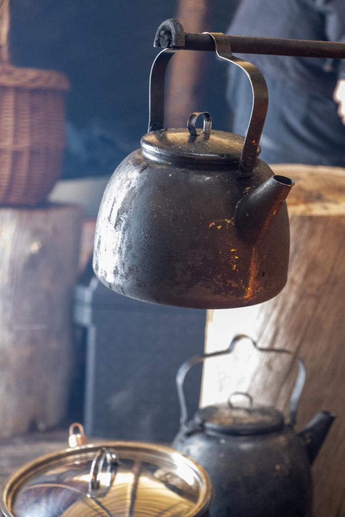 Bouilloire ancienne sur feu de bois