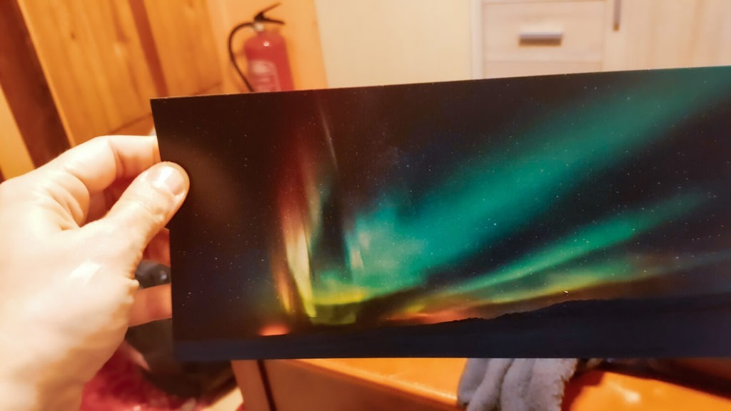 Carte postale d'aurore boréale avec main