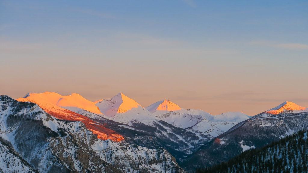 Chaîne de montagnes du Mercantour au soleil couchant