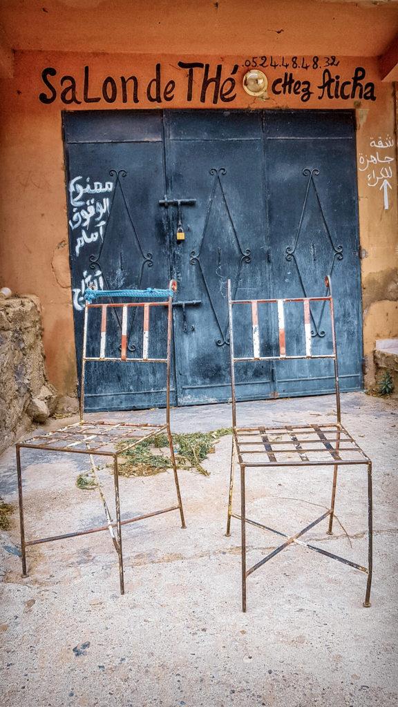 Deux chaises en fer devant le salon de thé chez Aicha au Maroc, vallée de l'Ourika