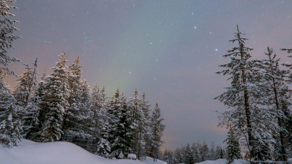 Légère aurore boréale dans le ciel de Laponie
