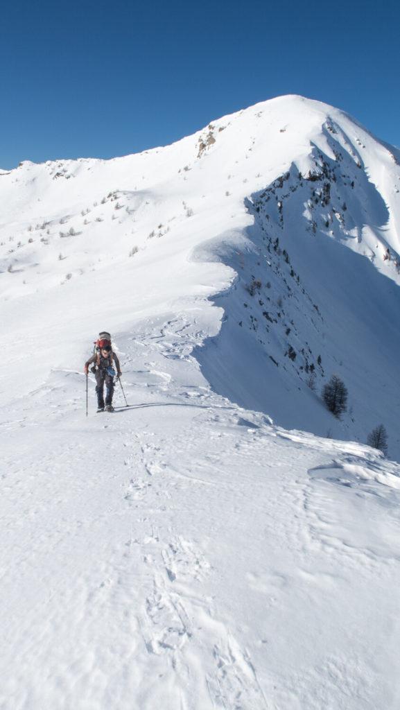 Homme en randonnée en raquettes sur une crête de montagne