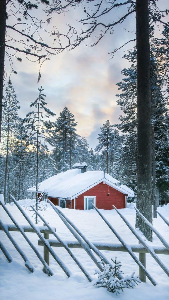 Petite maison rougedans la forêt du parc national d'Oulanka