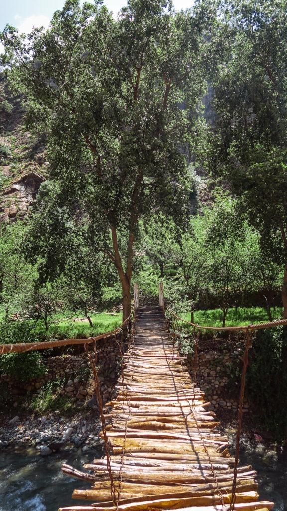 Pont en bois sur la rivière Ourika, Maroc