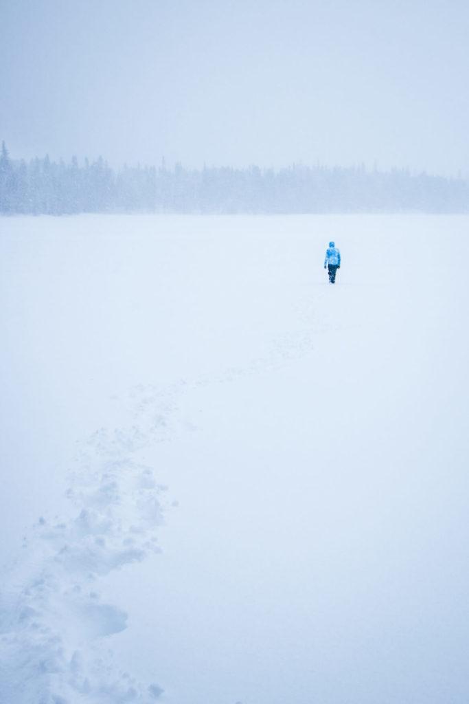 Marcher sur le lac gelé, sous la neige