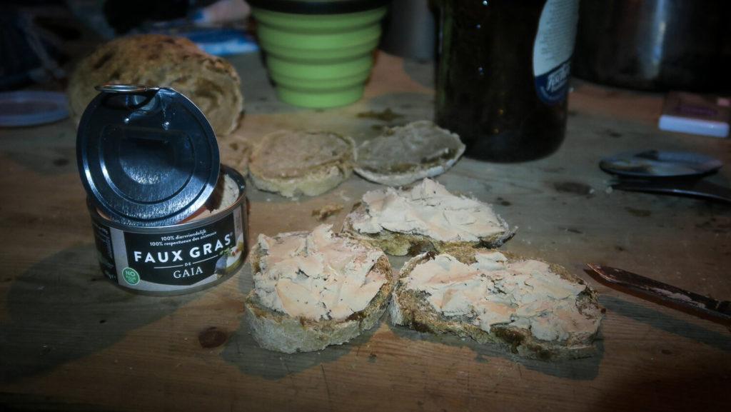 Toasts de Faux Gras sur table en bois