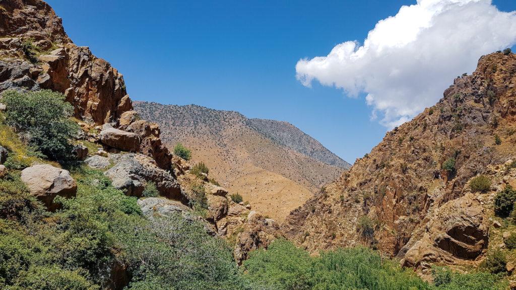 Paysge de la vallée de l'Ourika sur fond de ciel bleu