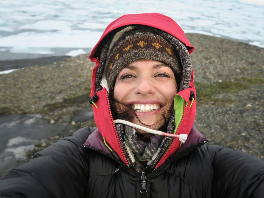 Femme souriant en autoportrait devant une mer gelée, en Islande