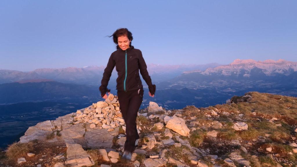 Femme près du cairn sommital Mont Aiguille