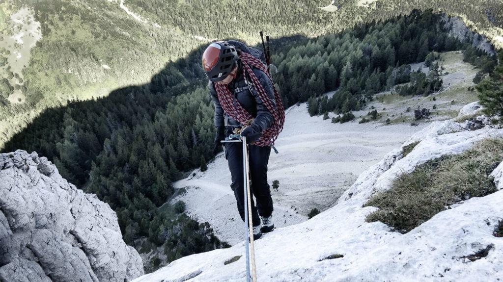 Femme et cordes pour decente en rappel Mont Aiguille