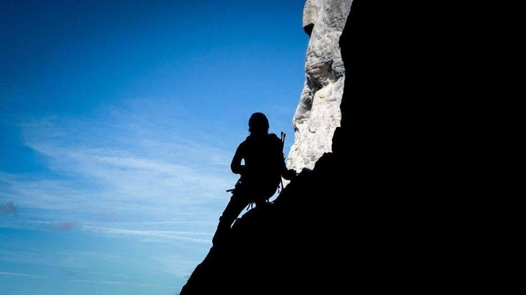 Personne en contre-jours sur le rocher, Mont Aiguille